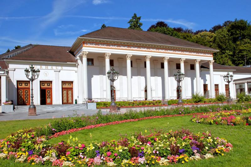 Das klassiszistische Kurhaus von Baden-Baden mit einem Blumenbeet davor
