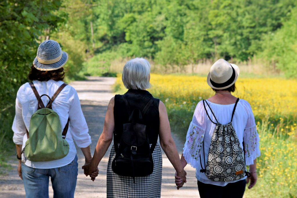 Drei Frauen wandern gemeinsam