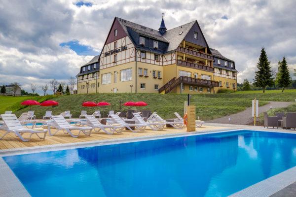 Hotel Wettiner Höhe mit blauem Pool